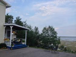vue de l'entrée du gîte et du point de vue sur les marais salés