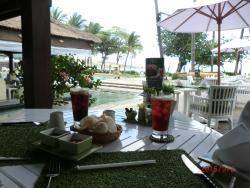 ガーデンレストラン プールサイド・前方は砂浜