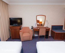 The Twin Room at the Arora Hotel Gatwick / Crawley