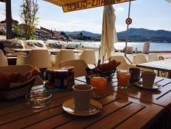 Un petit déjeuner romantique au bord de la mer!