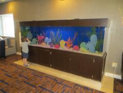 Aquarium géant dans le hall d'entrée