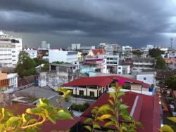 Uitzicht vanaf het dak Nouvo City Hotel Bangkok