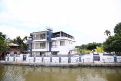 Captain's Cabin Luxury Backwater Resort