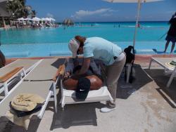 Eu fazendo massagem na beira da piscina