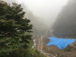 吊り橋からの眺め 川底工事をやっていましたので青シートが目障り