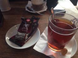 Mein bestellter Tee (English Breakfast) für 2,90€. Bekam einen Teebeutel (von Teekanne) und heiß
