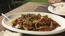 Pollo al limón, arroz con gambas, ternera picante, rollitos vietnamitas y ensalada de la casa