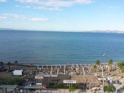 Θέα από το ξενοδοχείο απέναντι από την ταβέρνα. .