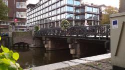 Canal em frente ao Hotel Keizerhof, excelente custo-benefício para curtir Amsterdam (154618728)