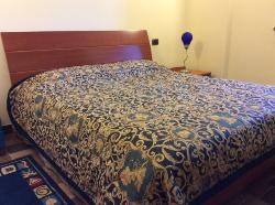 Camera con un letto matrimoniale dotata di TV, WI FI gratuito, asciugacapelli, riscaldamento a p