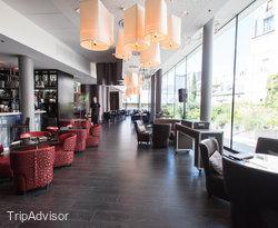 Makassar Lounge & Restaurant at the Renaissance Paris Arc de Triomphe Hotel