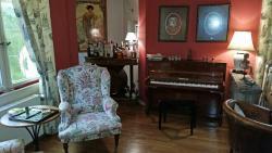 Salon mit Bar und Piano
