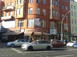 Вывеска кафе видна только с противоположной стороны улицы)))