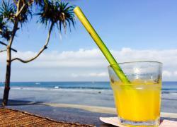 Frühstück mit Meerblick: Frischgepresster Orangensaft mit Bambus-Strohhalm
