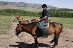 l equitation dans le village national de la mongolie
