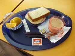 朝食。愛想がいいスタッフが、パンは何枚かハムチーズはどうか聞いてくれる。コーヒー、ジュース、果物など