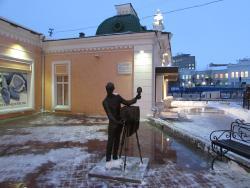 Памятник фотографу и даме у самовара