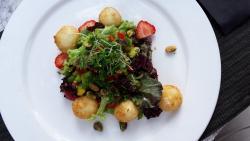 Zomerse Salade met geitenkaasballetjes en aardbeien