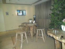 Rokersruimte met waterverdeler en TV. Op een winterse regenavond een welgekomen luxe.