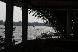 Vue sur le Wouri depuis la terrasse de La Mangrove