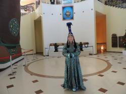 Девушка в национальной монгольской одежде