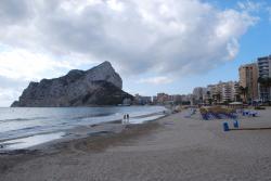 Пляж около отеля с видом на скалу