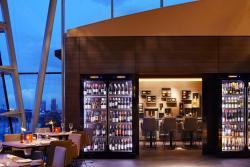 Heritage Restaurant: Im Hintergrund Hamburgs Aussicht auf die Alster - im Vordergrund der Wein.