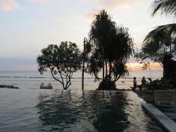 area kolam renang dan pantai saat sunset