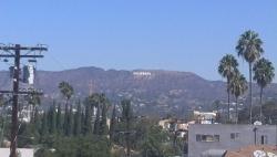 部屋の窓から Hollywoodの文字が見えます