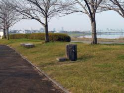土手道の歩道部分(右側が筑後川)