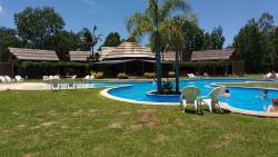Vista de la piscina principal y detrás el quincho.