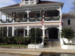 The Kenwood Inn at Christmas time