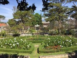 ここはリゾートホテルだが、泊まらなくてもレストランが利用できる。広大な園庭は木と緑と花で一杯で最高に贅沢な気分になる。食事もコーヒーも美味しくて手ごろな値段だ。中心地から少し離れてるが隠れ家的