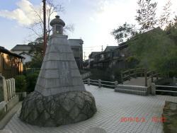 昭和41年に建立された有本芳水の歌碑が川の側に。