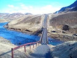 Brücke vom Hotel zu den heissen Quellen und Wanderwegen