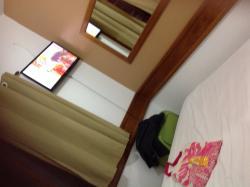 Vista interna do apartamento oferecido. Detalhe: a cama de casal fica encostada numa das paredes
