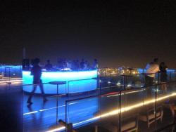 夜景と円形バー