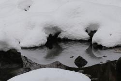 兜滝の滝壺に積もる雪