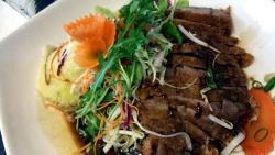 Кокосовый суп и утка с рисом и свежими овощами под фирменным соусом