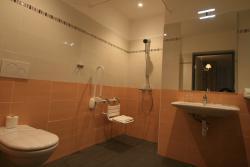 Salle d'eau chambre twin/double/triple PMR avec douche a l'italienne. Siege escamotable.