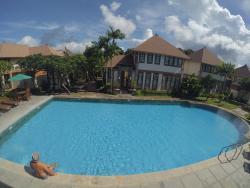 Public Pool Di Tengah Area Villa