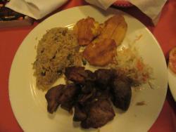 Griot de porc très ordinaire, peu d'effort de présentation des plats