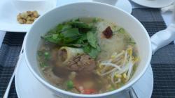 温湯米麺豚肉(クイティウー・サイ。サッチュルーク)カンボジアの国民食です。