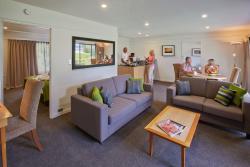 Refurbished 1 bedroom suite/living area 2 bedroom apartment