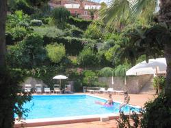La grande piscina, con bar e coffetteria, al termine di una splendida passeggiata nel parco