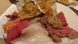 牡蠣、イカ、鮪、サーモン、ローストビーフ