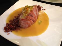 Lomo de atún rojo con arroz salvaje y salsa de miso blanco y jalapeños