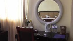 lo scrittoio della camera con specchio