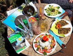 Salat, selbstgebackenes Brot mit grünem Mojo, Avocados, Smoothies