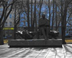 タムッサーレ公園の中央にある存在感のある銅像